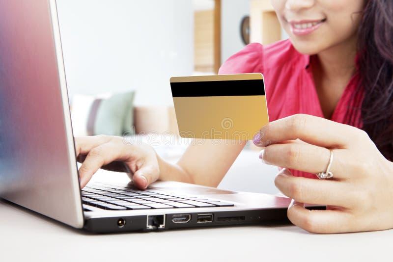 On-line ψωνίζοντας με την πιστωτική κάρτα στοκ εικόνα
