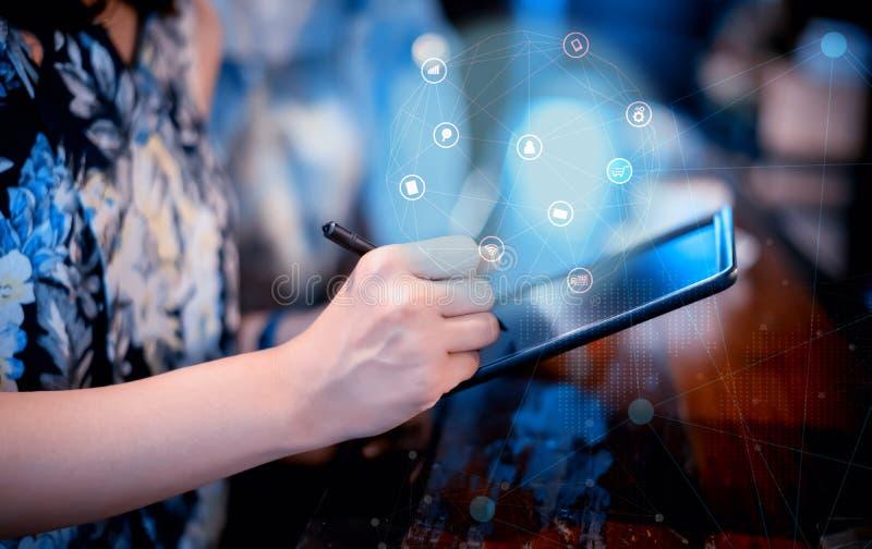 On-line ψωνίζοντας τη μαύρη Παρασκευή Οι γυναίκες αγοράζουν τα προϊόντα από τον ιστοχώρο και Διαδίκτυο στοκ εικόνες με δικαίωμα ελεύθερης χρήσης