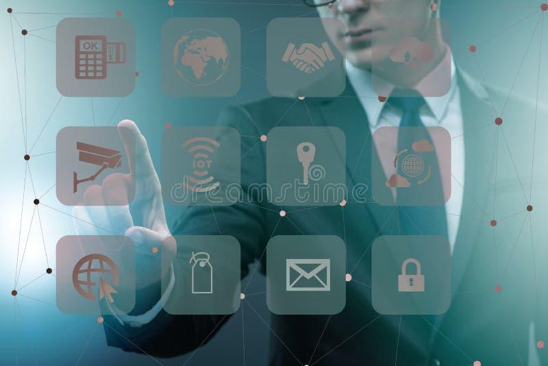 Ο επιχειρηματίας στην έννοια on-line εμπορικών συναλλαγών και αγορών απεικόνιση αποθεμάτων
