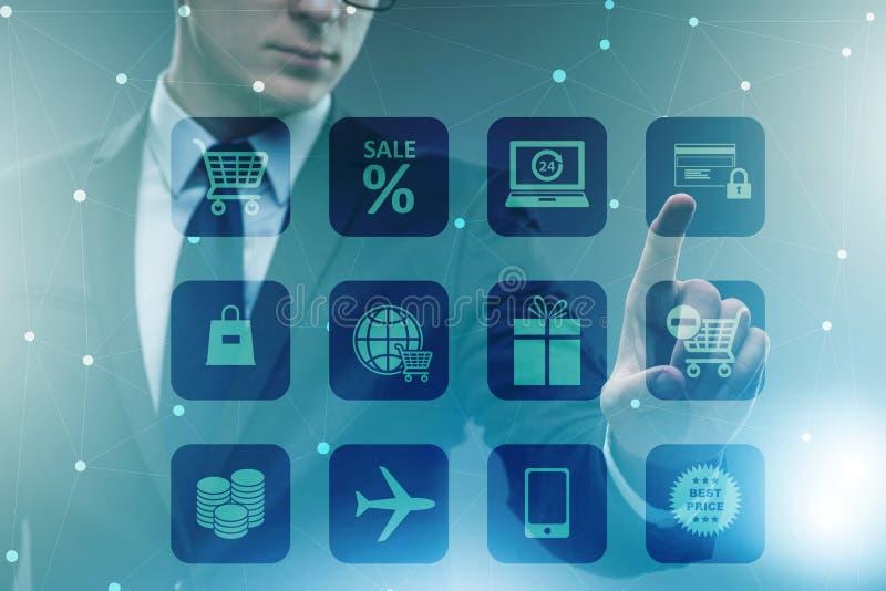 Ο επιχειρηματίας στην έννοια on-line εμπορικών συναλλαγών και αγορών στοκ φωτογραφία με δικαίωμα ελεύθερης χρήσης