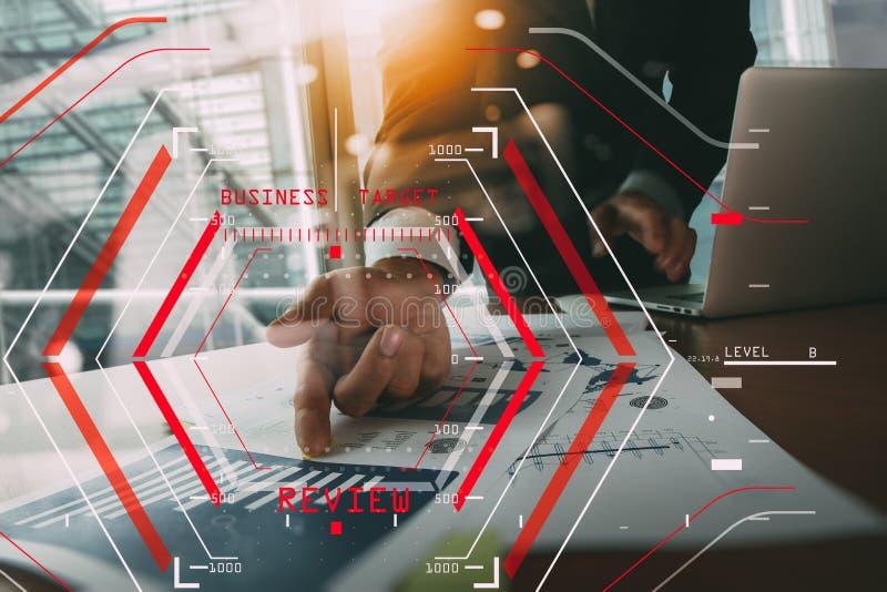 On-line-Bericht-Bewertungs-Konzept mit Computer halogram scannin stock abbildung