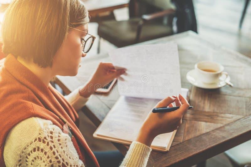 On-line-Bildung, Marketing Ein Student tut Hausarbeit Eine Geschäftsfrau unterzeichnet einen Vertrag Start, Unternehmerfunktion stockfoto