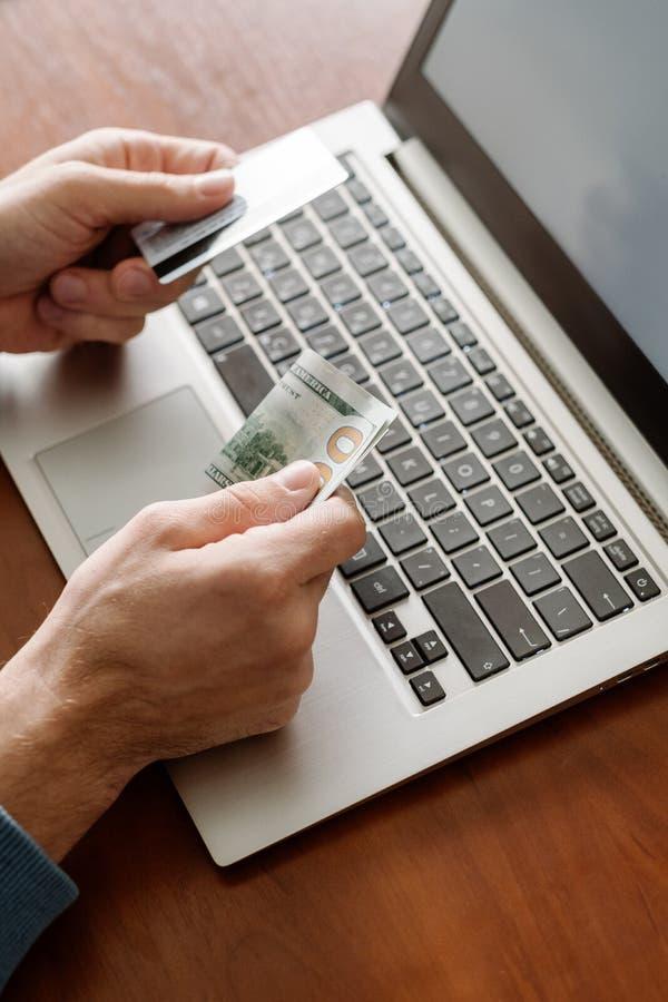 On-line-Einkaufsgeldinternet-Bestellungsverbraucherschutzbewegung stockbild