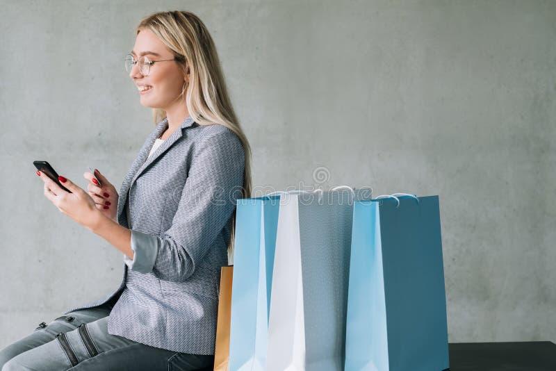On-line-Einkaufstascherabattkleidungs-Kopienraum stockfotografie