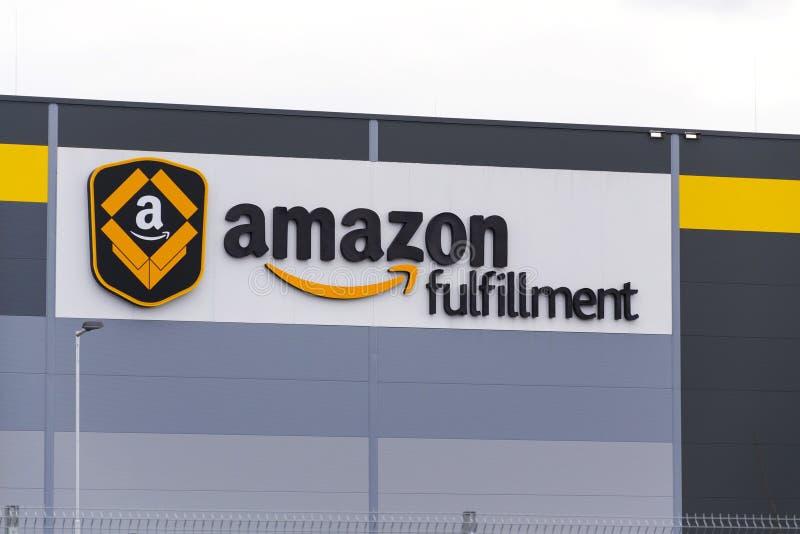 On-line-- Einzelhändlerfirma-Amazonas-Erfüllungslogistik, die am 12. März 2017 in Dobroviz, Tschechische Republik errichtet stockfotografie