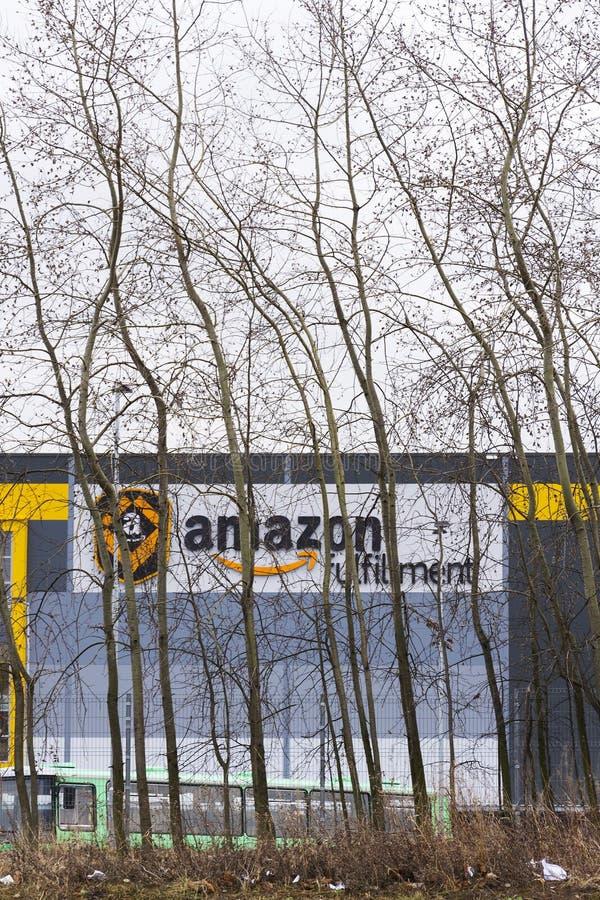 On-line-- Einzelhändlerfirma-Amazonas-Erfüllungslogistik, die am 12. März 2017 in Dobroviz, Tschechische Republik errichtet lizenzfreie stockbilder
