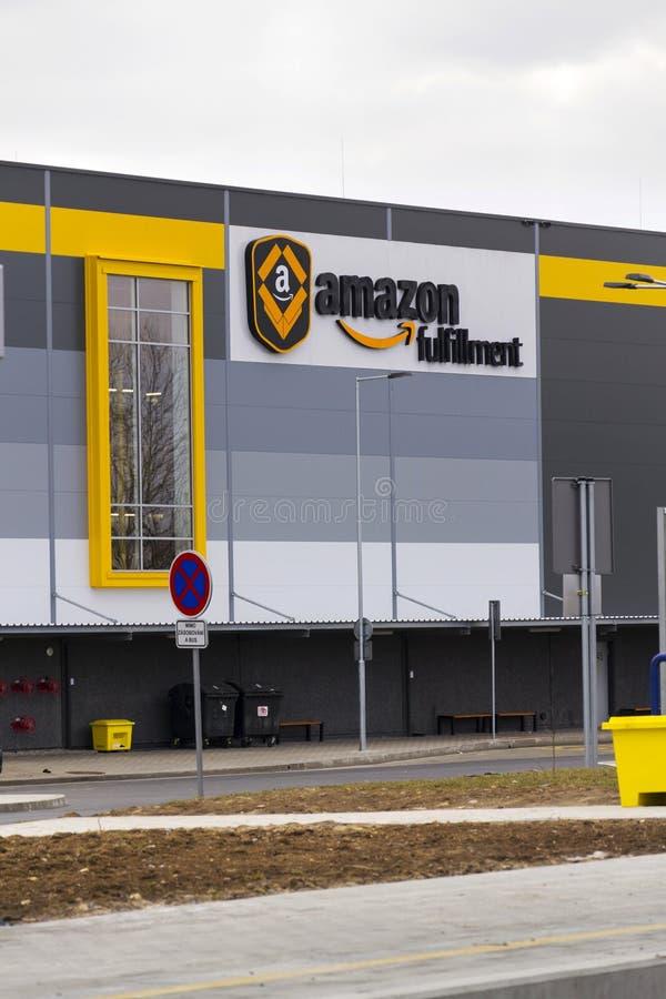 On-line-- Einzelhändlerfirma-Amazonas-Erfüllungslogistik, die am 12. März 2017 in Dobroviz, Tschechische Republik errichtet stockfotos