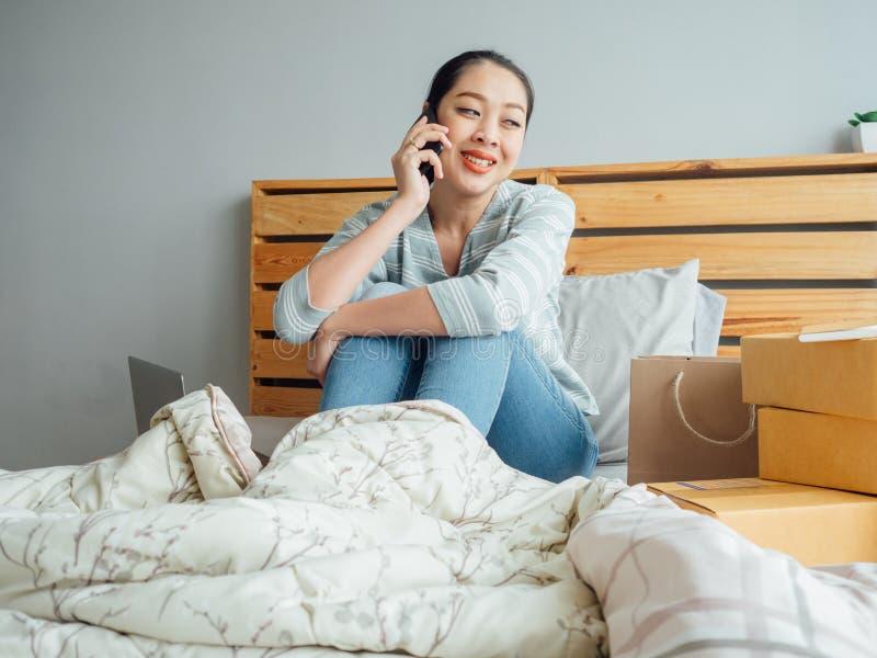 On-line-Geschäftseigentümerfrau empfangen Kundenauftrag und -prüfung lizenzfreies stockfoto