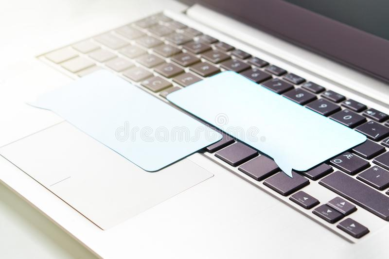 On-line-Kommunikation, plaudernd auf Social Media oder dem Kommentieren stockfoto