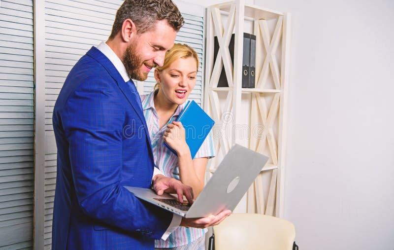 Ο συνέταιρος γραφείων παρουσιάζει στατιστικές στοιχείων πληροφοριών on-line Προϊστάμενος και γραμματέας ή βοηθητική εργασία ως ομ στοκ φωτογραφία με δικαίωμα ελεύθερης χρήσης