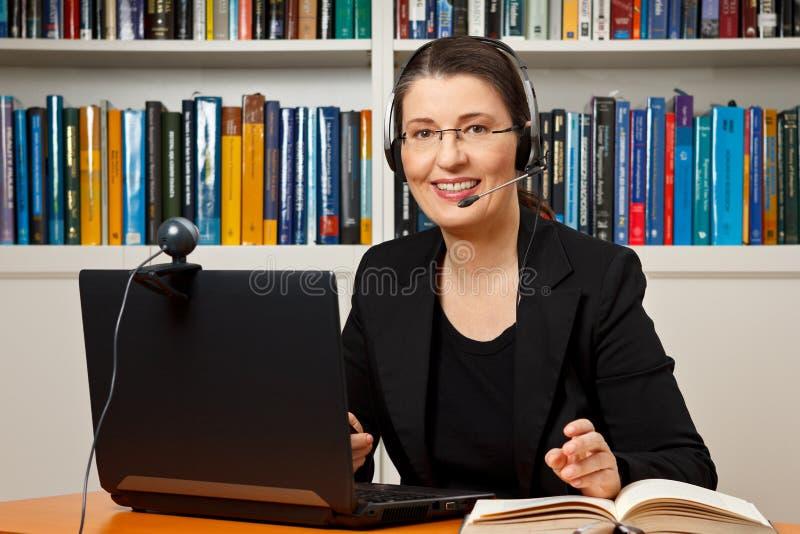 On-line-Lernengeschäft des Frauenabstandes lizenzfreie stockbilder