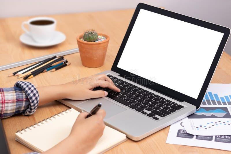 On-line-Lernenkurskonzept Student, der Computerlaptop mit weißem leerem Bildschirm für die Ausbildung der on-line-- und schreiben