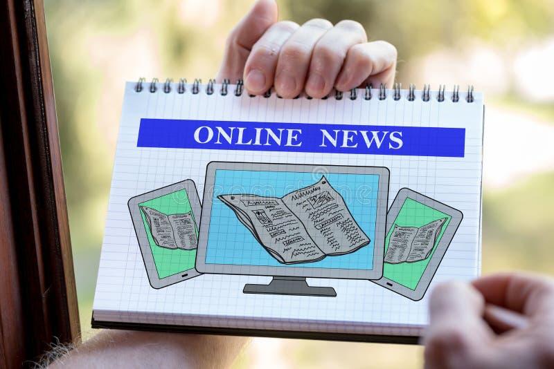On-line-Nachrichtenkonzept auf einem Notizblock stockbilder