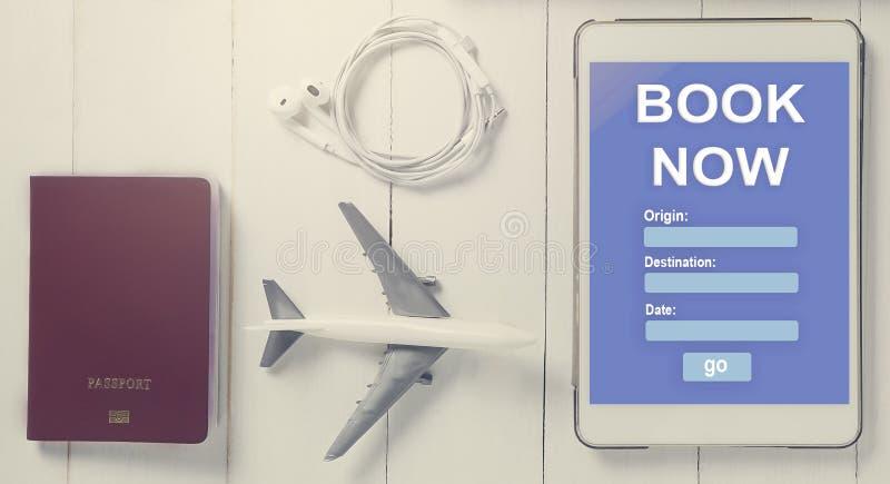 On-line-Reiseanmeldung auf Tablet Reisender, der on-line-Reisebüro verwendet, um Unterkunft zu buchen lizenzfreie stockbilder