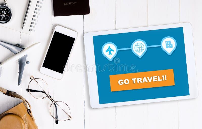 On-line-Reisewebsite auf Tablette ` gehen Reise ` Knopf stockfotografie