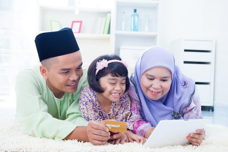 On-line shopping för asiatisk familj royaltyfria bilder