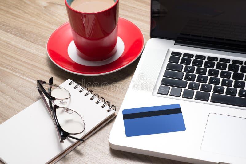 On-line shopping på internet genom att använda en bärbar dator arkivfoton