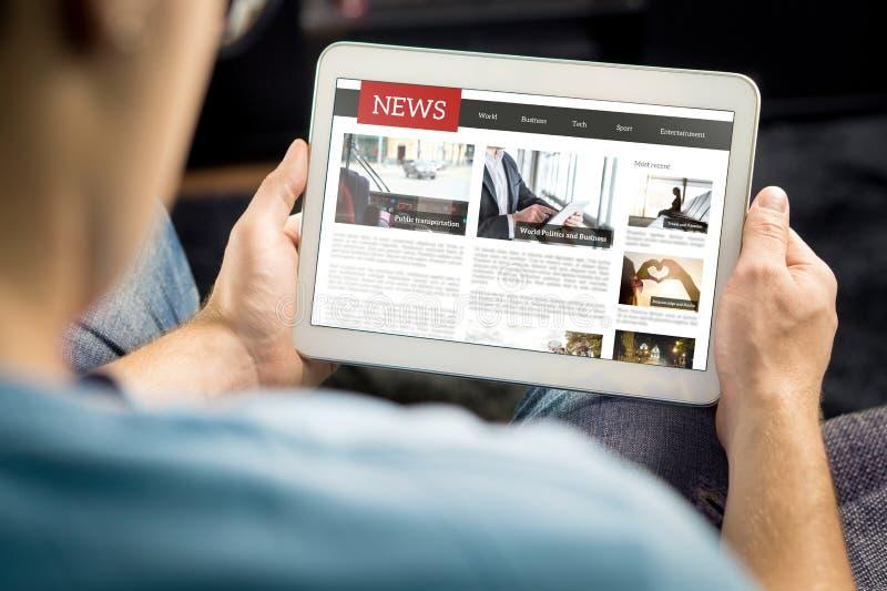 On-line-Zeitungsartikel auf Tablettenschirm Elektronische Zeitung oder Zeitschrift Späteste Tagespresse und Medien Modell des dig lizenzfreie stockfotos