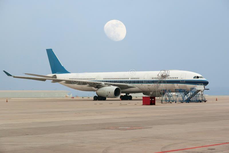 Linea aerea commerciale sull'aeroporto della piattaforma fotografie stock