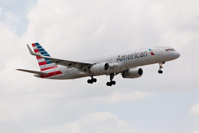 Linea aerea dell'americano di Boeing 757 che si avvicina all'aeroporto internazionale di Miami immagini stock libere da diritti