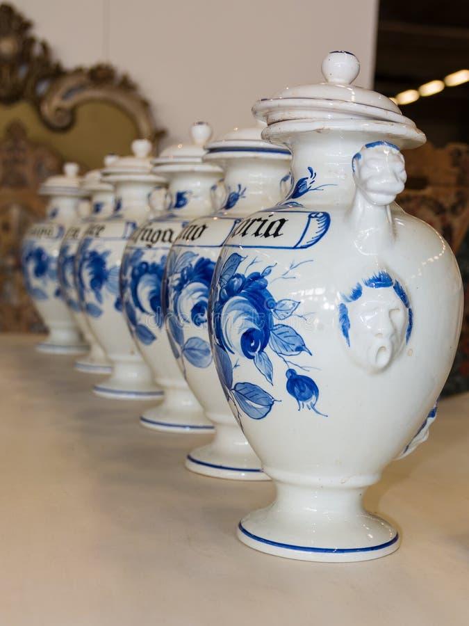 Linea ceramica del vaso, urne bianche con i cappucci immagine stock