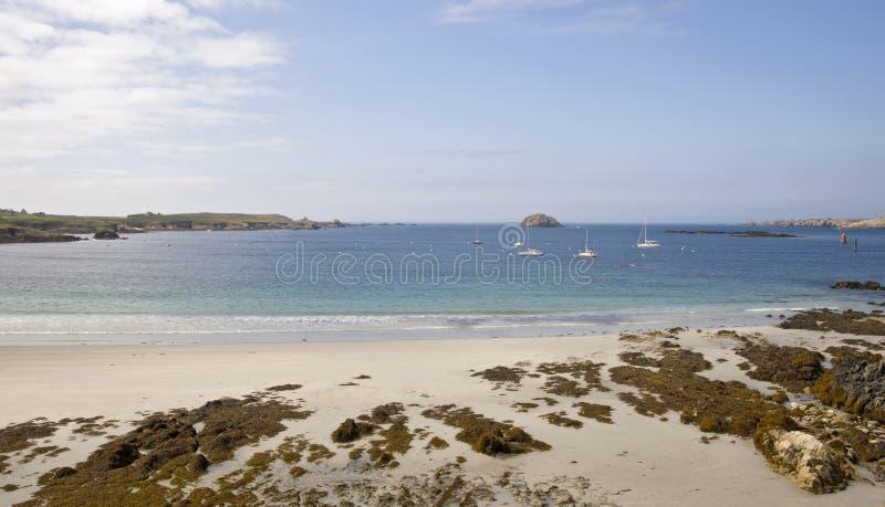 Linea costiera con acqua blu fotografie stock libere da diritti