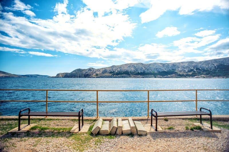 linea costiera con il cielo drammatico e la luce solare Linea costiera rocciosa con le onde ed il punto di vista di oceano Effett fotografia stock libera da diritti