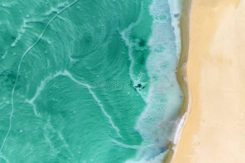 Linea costiera del mar Morto nella vista aerea extraterrestra disabitata del paesaggio del deserto immagini stock libere da diritti