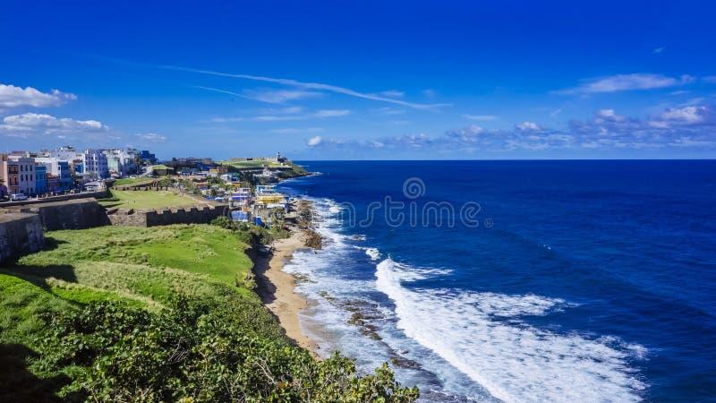 Linea costiera del Porto Rico con le Camere di vecchio San Juan e dell'automobile fotografie stock