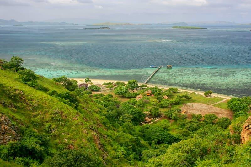 Linea costiera dell'isola di Kanawa nel mare del Flores, Nusa Tenggara, Indones immagini stock