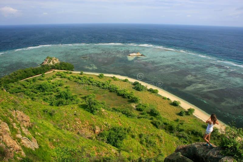 Linea costiera dell'isola di Kanawa nel mare del Flores, Nusa Tenggara, Indones fotografie stock libere da diritti