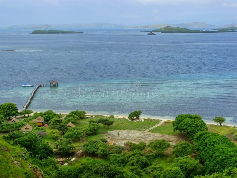 Linea costiera dell'isola di Kanawa nel mare del Flores, Nusa Tenggara, Indones immagini stock libere da diritti