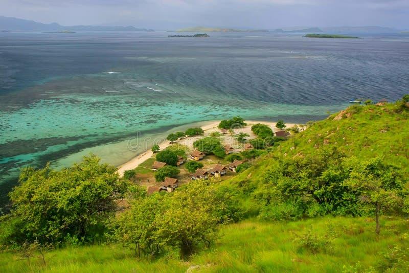 Linea costiera dell'isola di Kanawa nel mare del Flores, Nusa Tenggara, Indones fotografia stock libera da diritti