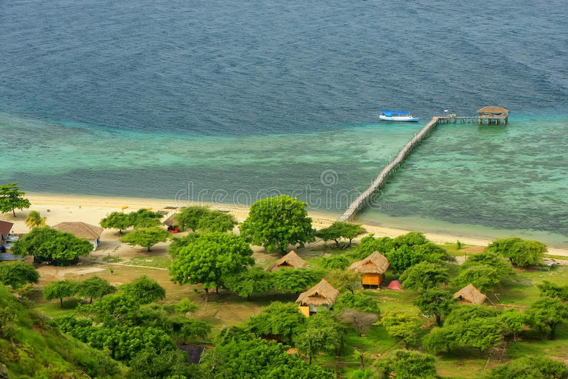 Linea costiera dell'isola di Kanawa nel mare del Flores, Nusa Tenggara, Indones immagine stock