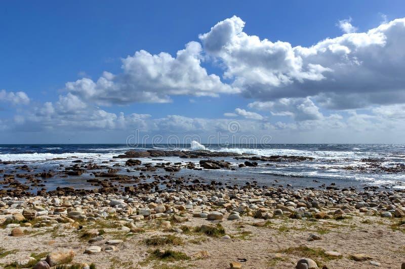 Linea costiera dell'Oceano Atlantico dal Capo di Buona Speranza Spruzzata di Wave delle rocce immagini stock