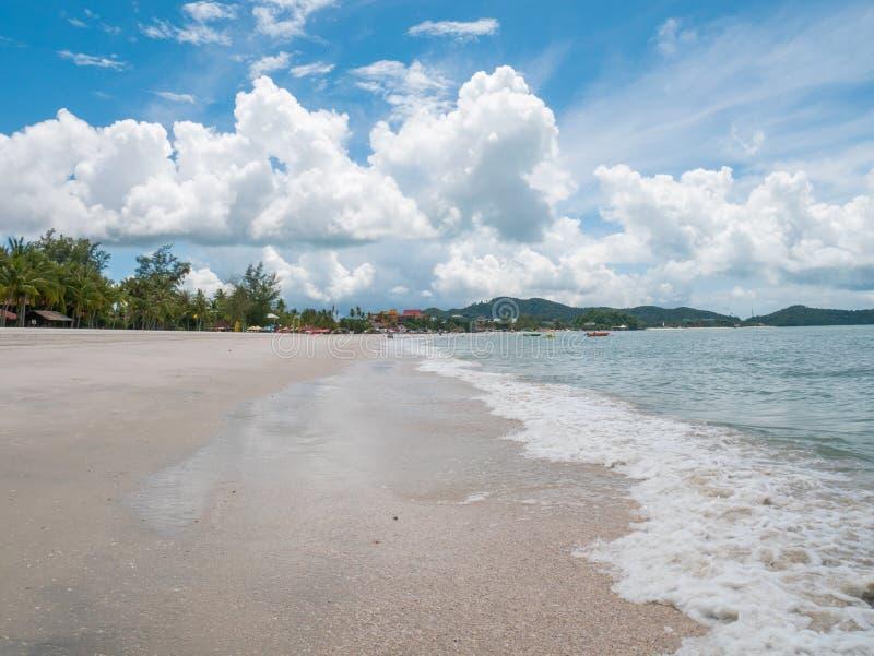 Linea costiera della spiaggia di Cenang a Langkawi, Malesia fotografia stock libera da diritti