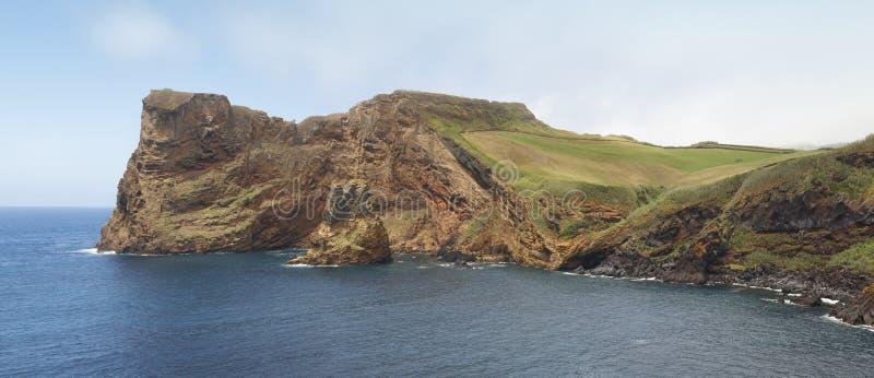 Linea costiera delle Azzorre nell'isola di Jorge del sao Baia Entre Morros Portuga fotografie stock libere da diritti