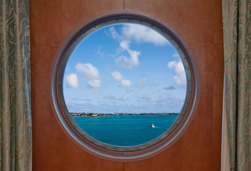 Linea costiera delle Bermude vista attraverso un oblò della nave fotografia stock