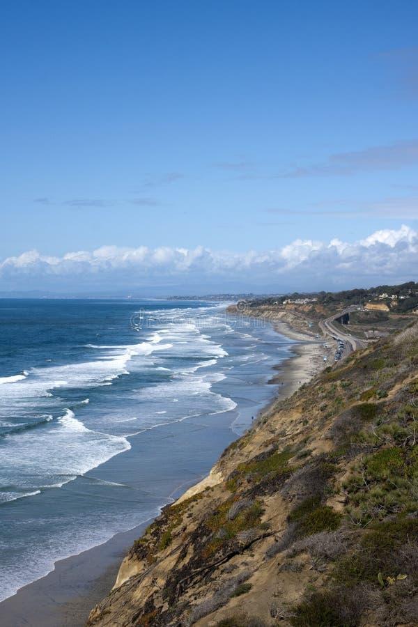 Linea costiera di San Diego con le onde dell'Oceano Pacifico fotografia stock libera da diritti