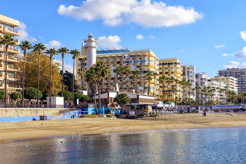 Linea costiera di Sunny Andalusian con gli hotel e bella passeggiata lungo la linea di galleggiamento fotografia stock libera da diritti