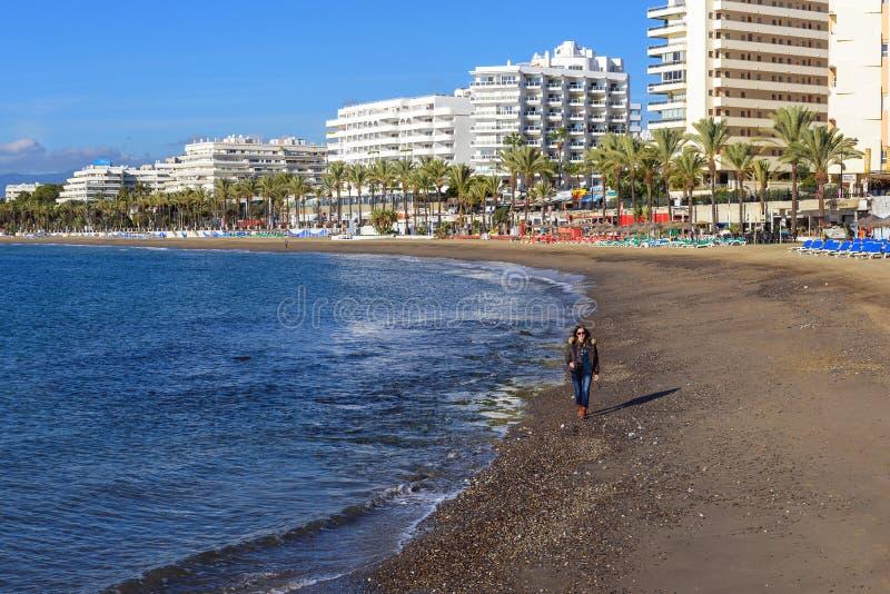 Linea costiera di Sunny Andalusian con gli hotel e bella passeggiata lungo la linea di galleggiamento fotografia stock