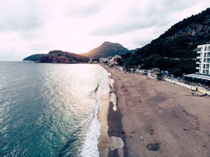 Linea costiera di tramonto di vista aerea nel Montenegro Spiaggia sola in Antivari immagini stock libere da diritti