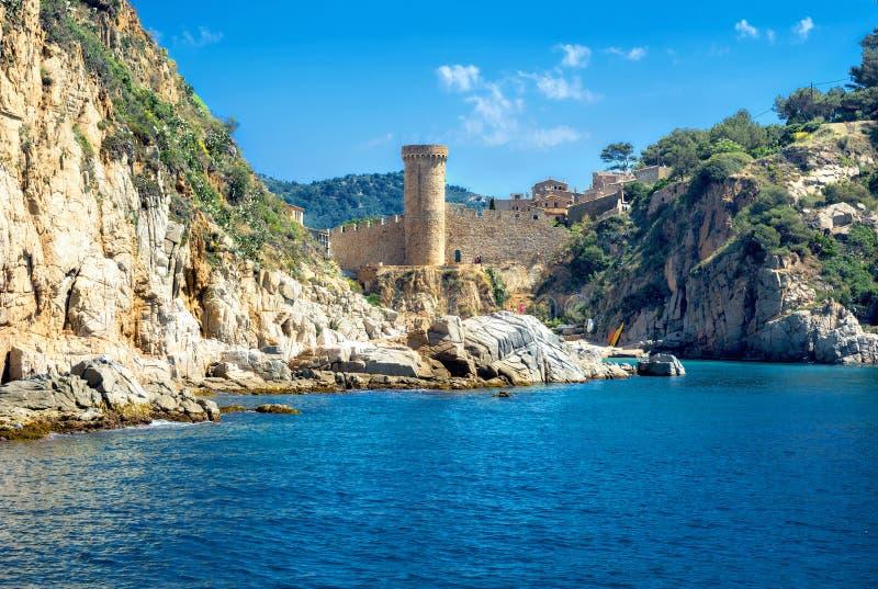 Linea costiera e fortezza antica in Tossa de marzo Costa Brava, stazione termale immagini stock libere da diritti