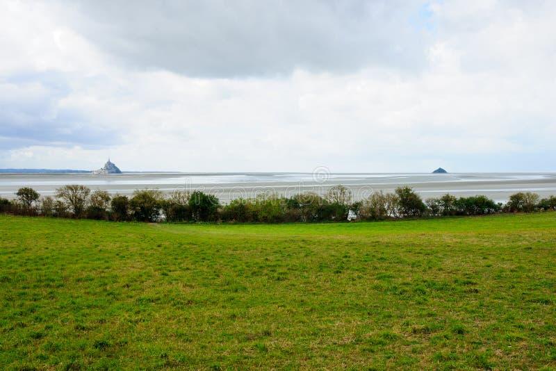 Linea costiera e Le Mont-San-Michel immagine stock