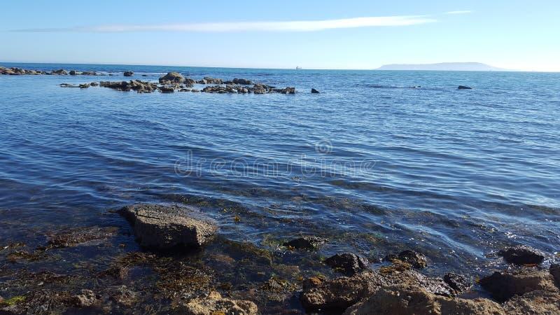Linea costiera jurrasic soleggiata fotografia stock