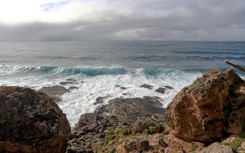Linea costiera rocciosa dell'isola del canguro immagini stock libere da diritti