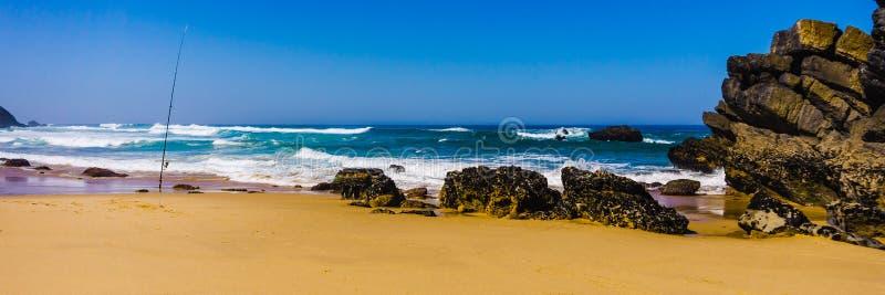 Linea costiera rocciosa della spiaggia sabbiosa costa atlantica dell'Oceano Atlantico, Portogallo di Adraga fotografia stock