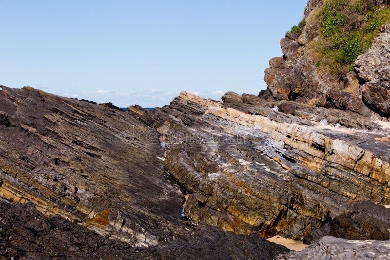 Linea costiera rocciosa irregolare - spiaggia di Blueys, Nuovo Galles del Sud, Australi immagini stock