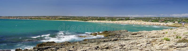 Linea costiera scenica con capo roccioso vicino alla spiaggia di Sampieri, Sicilia immagini stock libere da diritti