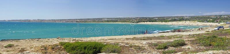 Linea costiera scenica con capo roccioso vicino alla spiaggia di Sampieri, Sicilia, Italia immagini stock